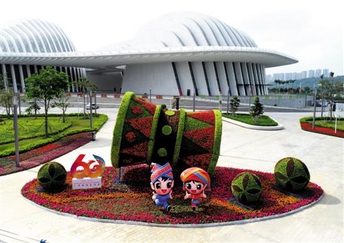 广西文化艺术中心,绣球铜鼓迎宾 本报记者 赖有光 摄