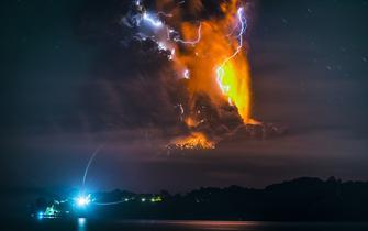 震撼壮观:火山与雷暴的结合