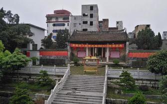 李氏祖祠坐北向南,二进三开间,抬梁式砖木结构,硬山顶,小青瓦,龙船脊。