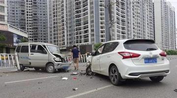 玉林两车面对面相撞 车头严重损毁