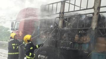 快递货车汕昆高速广西段起火 货物被毁