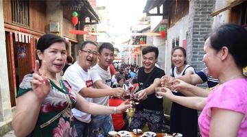 广西古镇摆千桌和家宴 现场人声鼎沸