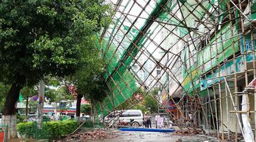 广西藤县遭遇大风 护栏倾倒大树折断