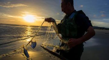 台风过后现壮美云彩 广西渔民恢复生产