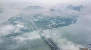 云雾中的龙城 美成了一幅幅水墨画