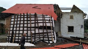 广西罗城遭遇强对流 屋顶掀翻大棚倒塌