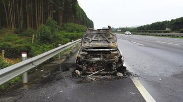 泉南高速上小车突发自燃 烧成铁架