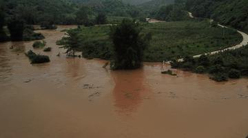 百色右江遭暴雨袭击 村屯成孤岛