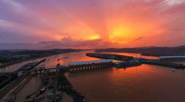 广西梧州:壮观红霞如诗画