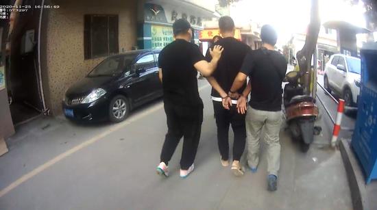 嫌疑人陈某被铁路警方抓捕(执法记录仪截图)