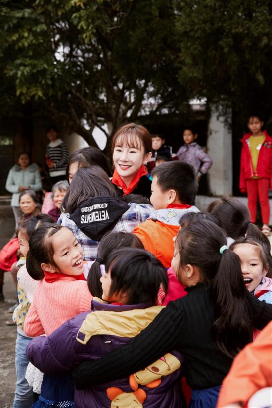 """孩子们给演员张檬""""爱的抱抱"""""""