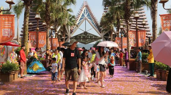 游客欢乐入园