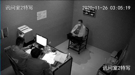 陈某接受民警审讯(监控截图)