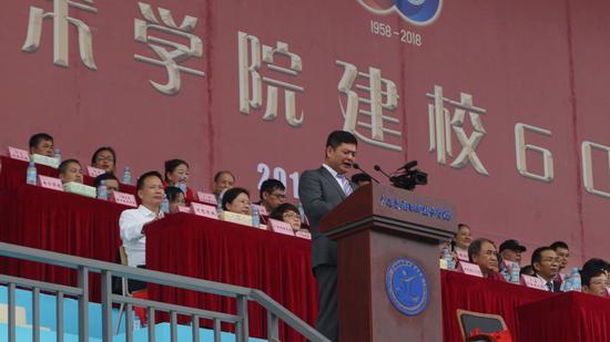 广西交通职业技术学院党委书记温宗胤主持庆祝大会
