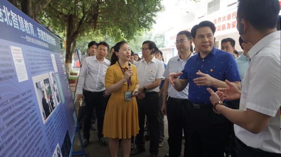 考察团参观贵港市智慧教育项目 莫果蕾/摄