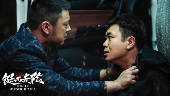 反派车行老板(曹炳坤饰)和刘小俊(大鹏饰)