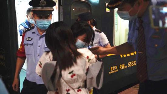 广西柳州15岁少女乘坐火车离家出走 列车长耐心劝返