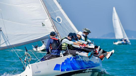 """2020""""一带一路""""国际帆船赛开赛 首日争夺激烈"""