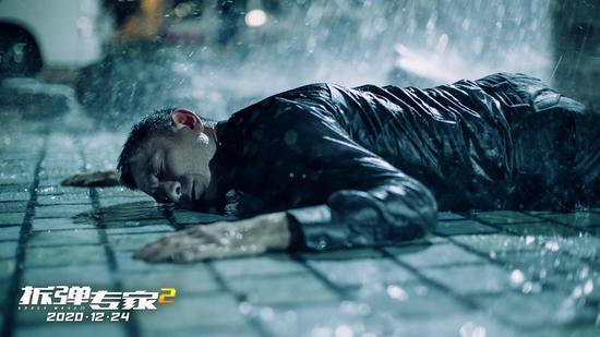 《拆弹专家2》刘德华拍摄跳楼后趴在水里的戏