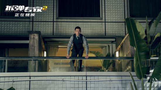 《拆弹专家2》刘德华从十米高楼跳入泳池