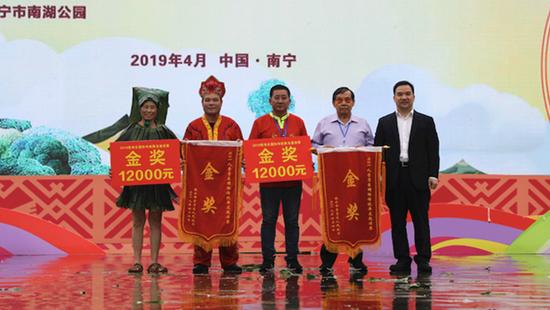 《孔敬双龙显神通,庇护万民普天庆》和《平安芭蕉龙》获得金奖  莫果蕾/摄