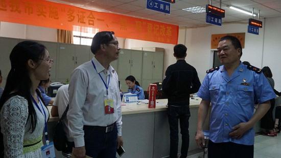 贵港市工商局局长罗均职向大家介绍工商局工作情况