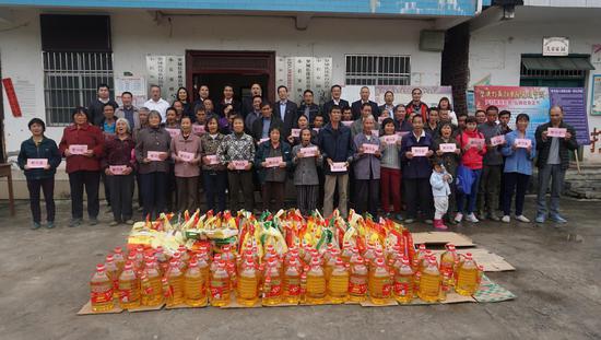 工行广西区分行为村民们送去慰问与关心