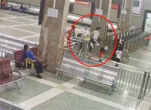 女子与家人跨越栏杆闯进站(视频截图)