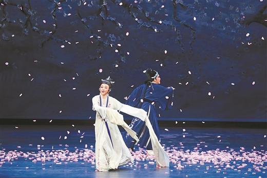 4月17日晚,《飞·越》折子戏专场在南宁参加第29届中国戏剧梅花奖竞演。图为《陆游与唐琬·题诗壁》剧照。 记者 周 军 摄