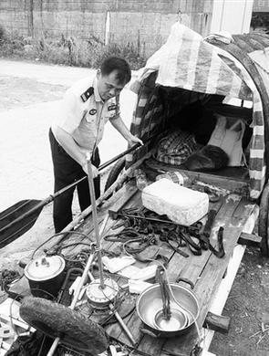 广西男子自制木排欲从桂林漂到北京