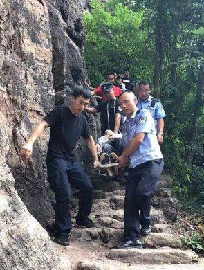 资源:游客爬山受伤 民警火速救援