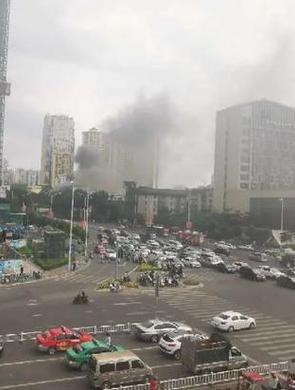 南宁一居民楼发生火灾 浓烟滚滚