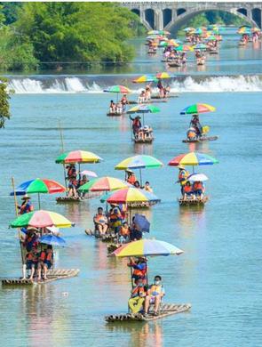 广西桂林遇龙河 游客乘竹筏享清凉