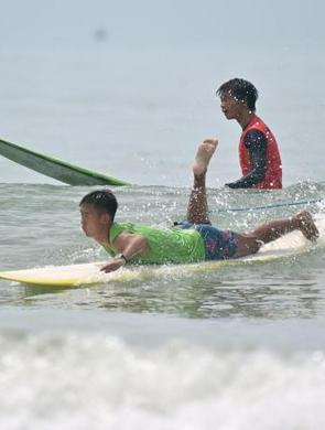 北海:上百名冲浪选手逐浪竞技