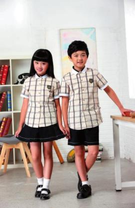为避免扎堆,市教育局建议家长在8月15日前到统一学生装销售点购买校服