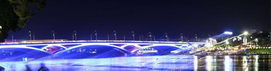 夜色中的解放桥