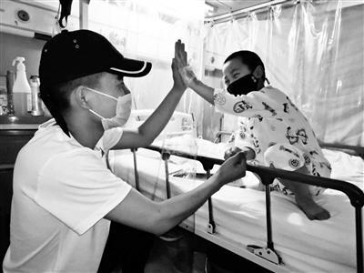 刘向峰一有空便到医院陪外甥