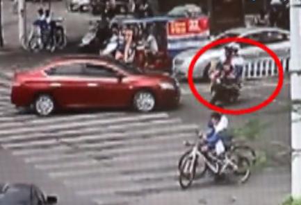 防城港:两中学生骑电动车违法逆行被撞