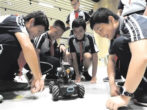 智能机器人装甲车吸引眼球