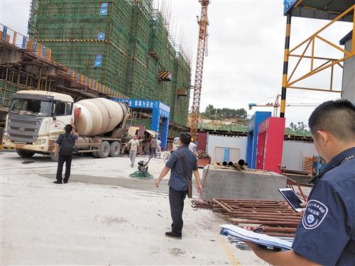执法人员来到吉祥家园项目工地发现混凝土车启动发出噪声 本报记者 黎兆齐 摄