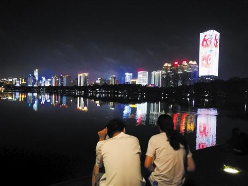 楼宇灯幕显示迎大庆宣传画面,在夜色中格外醒目 本报记者 赖有光 摄
