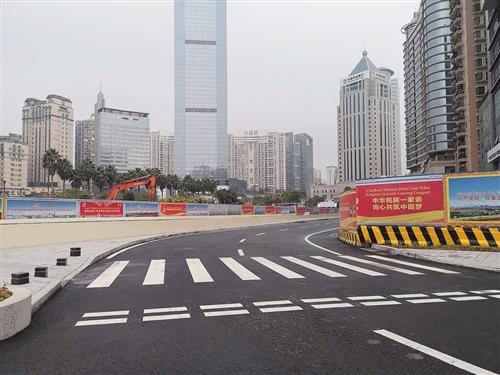 民族金湖路口(金湖广场东侧)围挡已拆除,车辆可通行 本报记者 周志英 摄