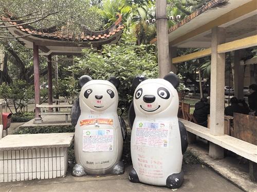 大板二区内的熊猫造型回收箱,上面有基本情况介绍、电话等信息