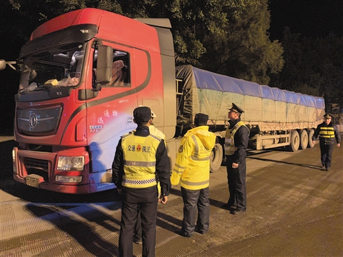 执法人员夜查超限超载车辆(市交通执法支队供图)