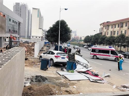 肇事车撞到人行道蓝色围挡及行人,旁边散落着泡沫碎片等杂物 本报记者 蒋爱云 摄