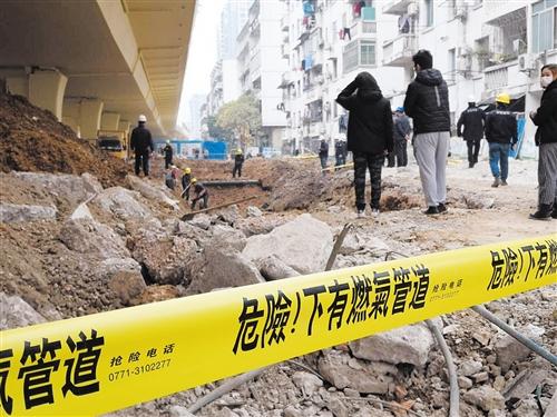 抢修现场拉起警戒线 本报记者 潘国武 摄