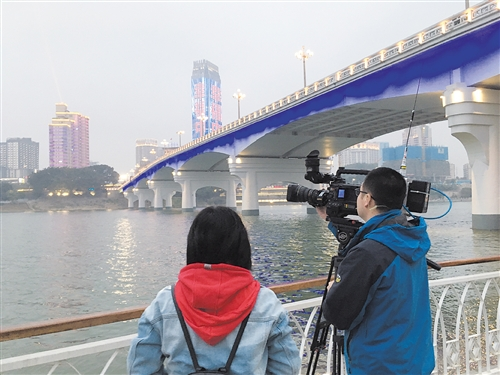 央视记者在邕江边取景