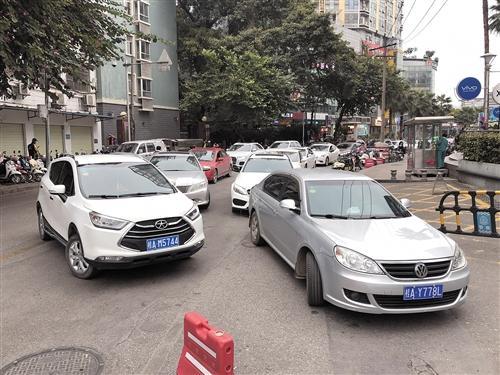 高峰期在市中心等停车位的车辆总要排长队 本报记者 宋延康 摄