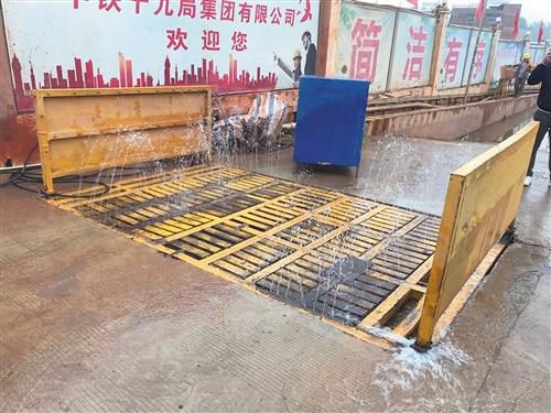 抽查的工地冲洗平台水压不足损坏严重 本报记者 何璨汐 摄