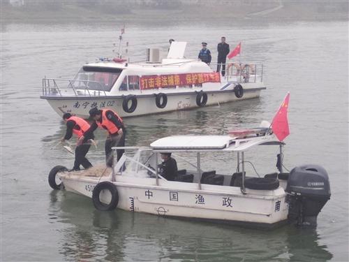 执法人员收缴非法捕鱼的渔网